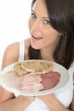 Giovane donna attraente in buona salute che tiene un buffet freddo di stile norvegese Fotografia Stock