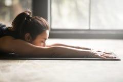Giovane donna attraente che allunga sul pavimento Fotografie Stock