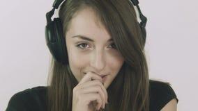 Giovane donna attraente che ascolta la musica sulle cuffie stock footage