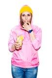 Giovane donna attraente che beve cocktail alcolico Immagine Stock