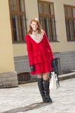 Giovane donna attraente che cammina nella vecchia città Fotografia Stock Libera da Diritti