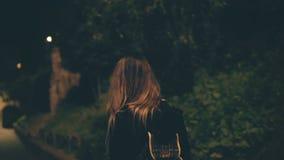 Giovane donna attraente che cammina tardi alla notte da solo a Roma, Italia La ragazza passa attraverso il centro urbano vicino a stock footage