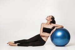 Giovane donna attraente che exersicing con la palla di forma fisica Immagini Stock Libere da Diritti