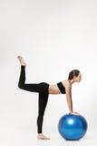 Giovane donna attraente che exersicing con la palla di forma fisica Fotografia Stock Libera da Diritti