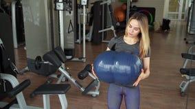 Giovane donna attraente che fa addestramento di forza nella palestra video d archivio