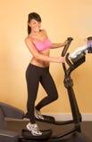 Giovane donna attraente che fa cardio allenamento Immagine Stock