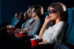 Giovane donna attraente che gode dei film al cinema Immagini Stock Libere da Diritti