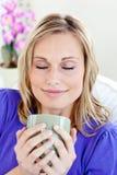 Giovane donna attraente che gode del suo caffè fotografia stock libera da diritti