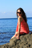 Giovane donna attraente che gode della vacanza di estate Fotografia Stock
