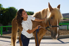 Giovane donna attraente che governa un cavallo al Fotografia Stock Libera da Diritti