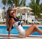Giovane donna attraente che ha buon tempo Fotografia Stock Libera da Diritti