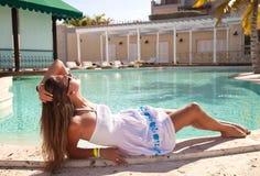 Giovane donna attraente che ha buon tempo Fotografia Stock