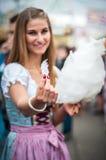 Giovane donna attraente che indossa un tradizionale Fotografia Stock