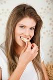Giovane donna attraente che mangia i chip Fotografia Stock Libera da Diritti