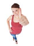 Giovane donna attraente che mostra i pollici in su Fotografie Stock