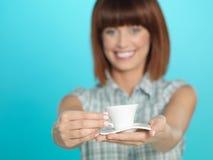 Giovane donna attraente che mostra un caffè del caffè espresso Fotografie Stock