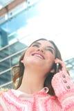 Giovane donna attraente che parla sul telefono cellulare nella città fotografia stock libera da diritti