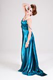 Giovane donna attraente che porta un vestito blu dal raso Fotografie Stock Libere da Diritti