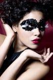 Giovane donna attraente che porta una mascherina nera della gemma Fotografia Stock