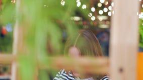 Giovane donna attraente che posa in caffè archivi video