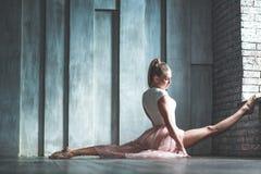 Giovane donna attraente che pratica nello studio di ballo Immagine Stock Libera da Diritti