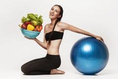 Giovane donna attraente che rappresenta stile di vita sano Immagini Stock