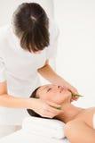 Giovane donna attraente che riceve massaggio di vera dell'aloe Fotografie Stock Libere da Diritti