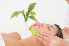 Giovane donna attraente che riceve massaggio di vera dell'aloe al centro della stazione termale Fotografia Stock Libera da Diritti