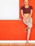 Giovane donna attraente che riposa dopo un allenamento di forma fisica Immagini Stock Libere da Diritti