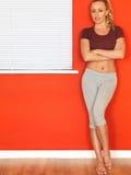 Giovane donna attraente che riposa dopo un allenamento di forma fisica Fotografie Stock