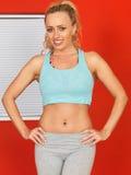 Giovane donna attraente che riposa dopo un allenamento di forma fisica Fotografia Stock