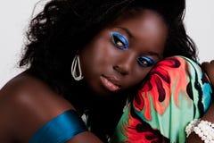 Giovane donna attraente che riposa la sua testa Fotografia Stock