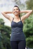 Giovane donna attraente che si esercita all'aperto Fotografia Stock Libera da Diritti