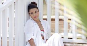 Giovane donna attraente che si siede vicino al recinto stock footage