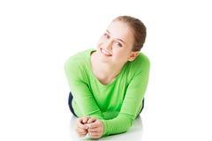 Giovane donna attraente che si trova e che esamina macchina fotografica. Immagine Stock Libera da Diritti
