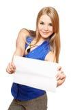 Giovane donna attraente che tiene bordo bianco vuoto Immagine Stock