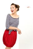 Giovane donna attraente che tiene manifesto in bianco Fotografie Stock Libere da Diritti