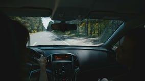 Giovane donna attraente che viaggia in macchina stock footage