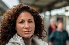 Giovane donna attraente che viaggia su un treno Fotografie Stock Libere da Diritti