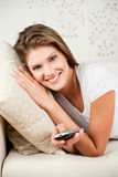 Giovane donna attraente che wathing TV Fotografia Stock Libera da Diritti