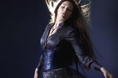 Giovane donna attraente con capelli lunghi come una strega Femme castana, stile mistico di fantasia fotografie stock libere da diritti
