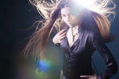 Giovane donna attraente con capelli lunghi come una strega Femme castana, stile mistico di fantasia fotografia stock libera da diritti