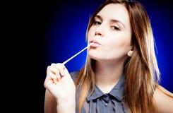 Giovane donna di bellezza con gomma da masticare Fotografia Stock