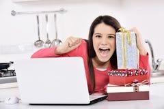 Giovane donna attraente con i contenitori di regalo immagini stock