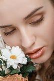 Giovane donna attraente con i fiori della molla Fotografie Stock