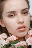 Giovane donna attraente con i fiori della molla Immagine Stock Libera da Diritti