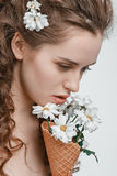 Giovane donna attraente con i fiori della molla isolati su bianco Immagine Stock Libera da Diritti