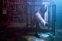 Giovane donna attraente con i vestiti alla moda Bella ragazza in pelliccia rosa lanuginosa, fondo di Cyberpunk Luce al neon Immagini Stock Libere da Diritti