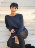 Giovane donna attraente con il sorriso amichevole dei brevi capelli alla moda Fotografie Stock