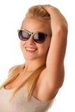Giovane donna attraente con lo studio degli occhiali da sole isolato sopra briciolo Immagini Stock Libere da Diritti
